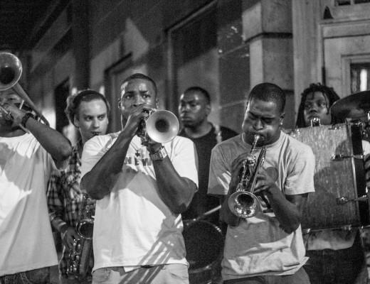 Banda tocando en la calle